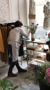García Forcada haciendo ramos de flores en La Importadora